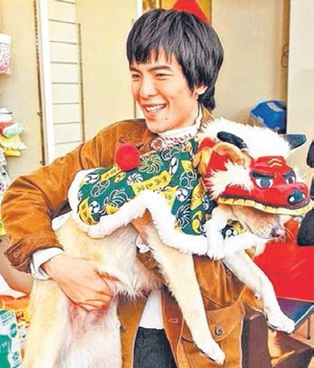 萧敬腾与爱犬。(互联网)