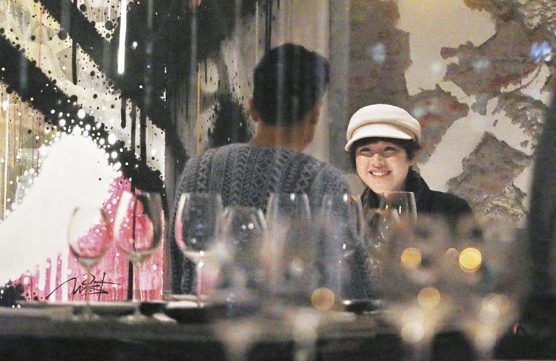 甜笑吃饭 陈茵媺这晚非常开心,吃饭期间不停讲,又一直望住陈豪甜笑。