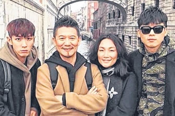 柯震东(左起)和柯爸、柯妈及哥哥一起旅游。(互联网)