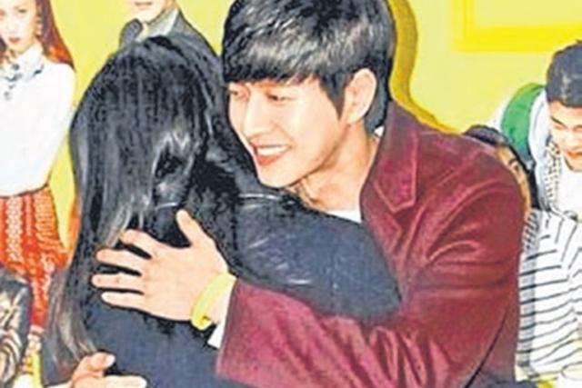 朴海镇(右)和粉丝抱抱。(互联网)