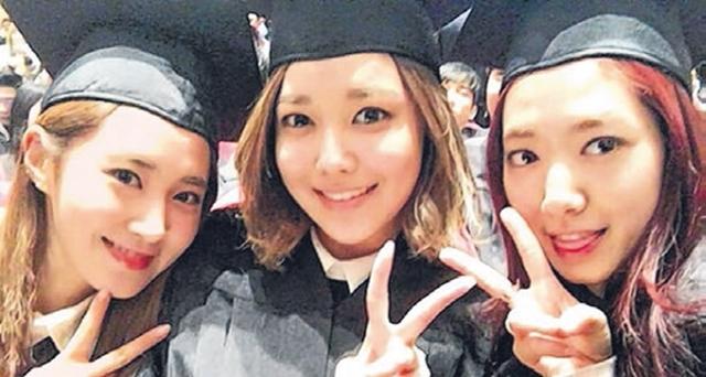 俞利(左起)、秀英、朴信惠一同出席毕业典礼。(互联网)