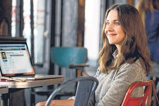 艾莉森·布丽扮演一名在网上约会,试图寻找未来老公的聪慧女子露西。(电影公司提供)