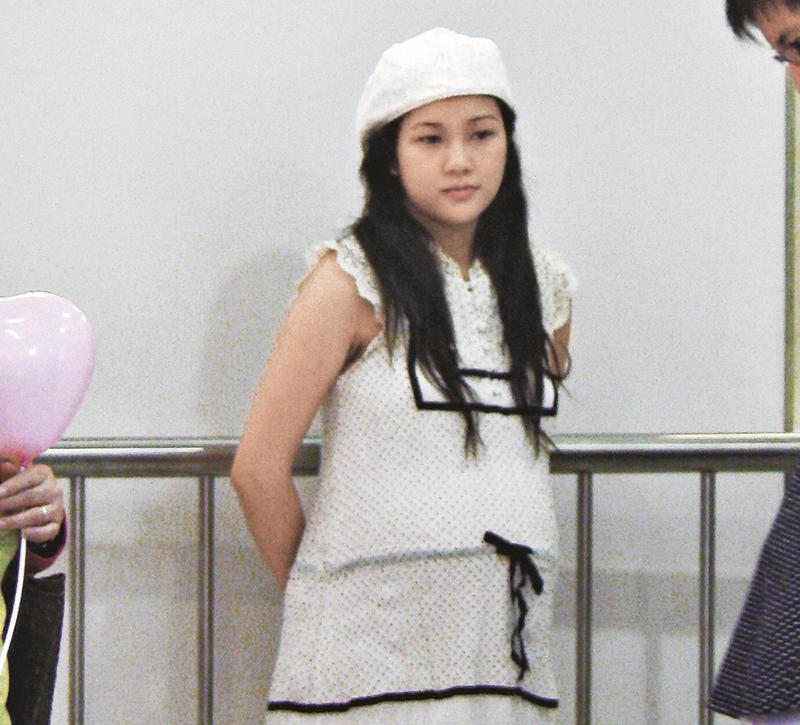 2007年怀孕look 谢安琪9年前怀孕时,同样脸肿肿,孕样跟现在一模一样。