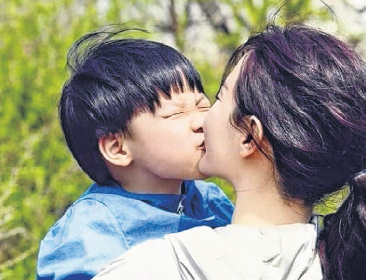 李英爱与儿子温馨一吻的照片幸福满溢。(互联网)