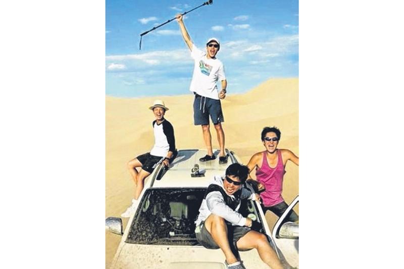 《花样青春-非洲篇》成员柳俊烈负责英语和驾驶、安在洪负责料理、高庚杓负责拆帐篷和管理财务。(互联网)