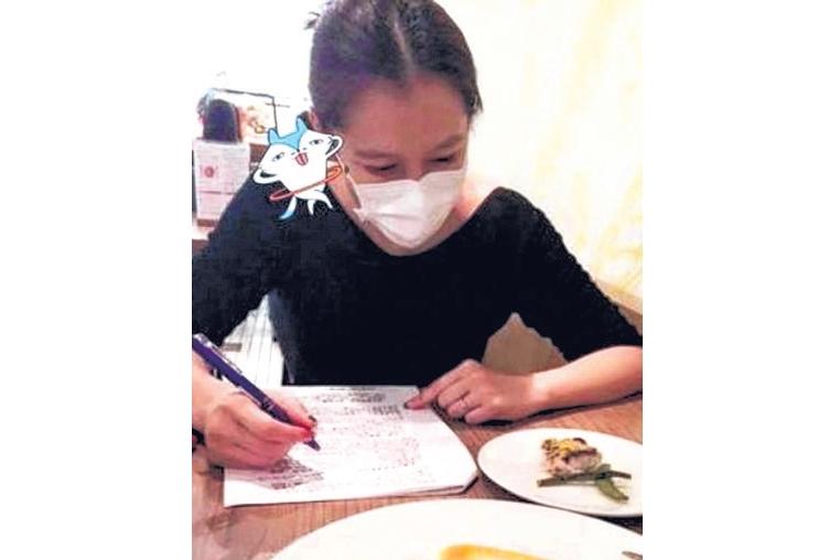 从她上传的照片中,她跟表妹吃饭只点了一份主餐,而她只分到一小块鱼肉、一条绿芦笋和一条扁豆。(互联网)