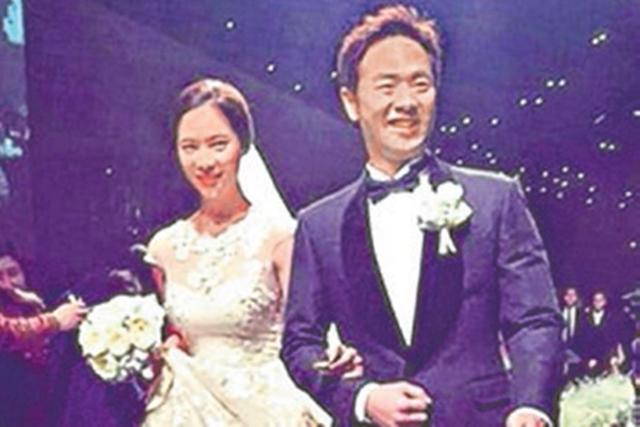 黄静茵(左)26日嫁给钢铁企业家CEO李英敦。(互联网)