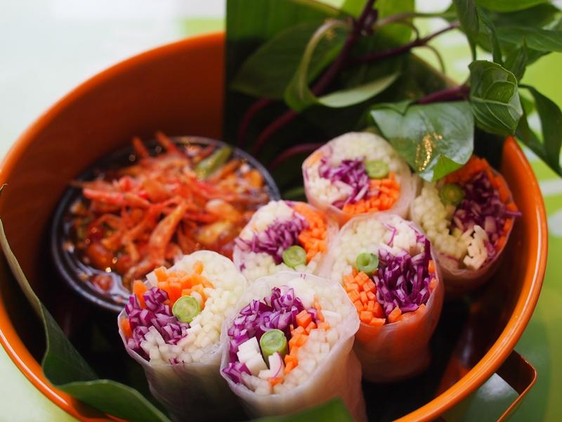 清新爽口的青木瓜春卷是泰式街头小吃之一。