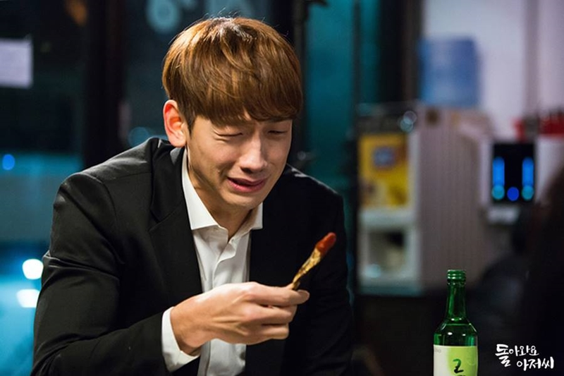 Rain在新剧中穿上西装,一个人在大牌档喝闷酒,喝至酩酊大醉,还突然爆哭,画面搞笑。(SBS提供)