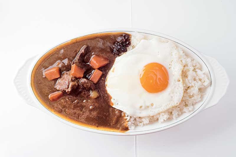 荷包蛋猪鸡咖喱饭 NT$200 用鸡胸肉和猪后腿熬煮的咖喱饭甘甜,以太阳蛋拌饭食,更开胃。