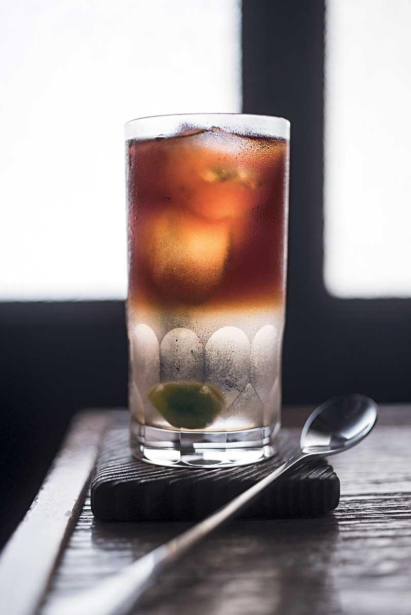 梅酒冰咖啡 NT$180 梅酒冰咖啡是独家创作,入口先有香醇梅酒,后有浅焙咖啡的回甘,层次丰富,配咖喱很有惊喜。