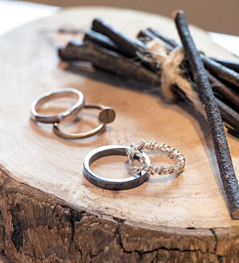 麻花戒指 NT$1,580 看似简单的麻花戒指,其实由退火、塑造、打磨到拋光都要经过多道繁琐细腻的步骤才可以完成。