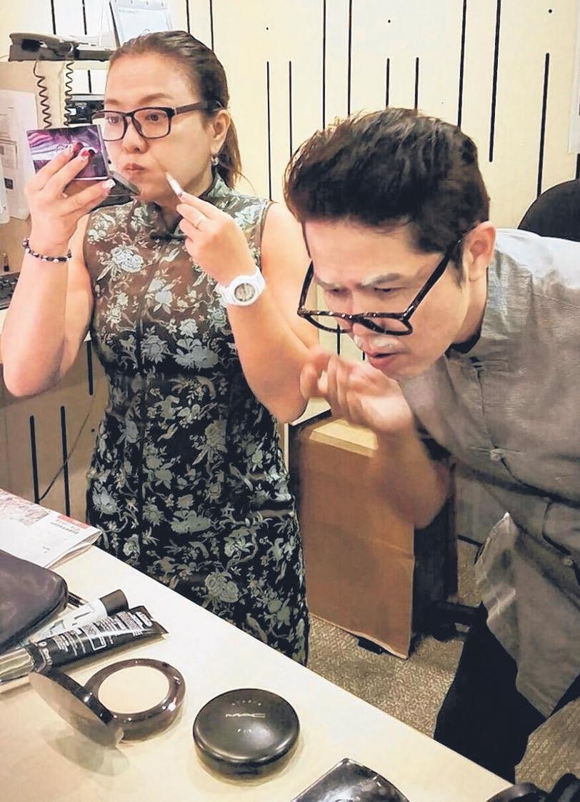 丽梅和文鸿为搞笑视频化老妆。(UFM100.3提供)