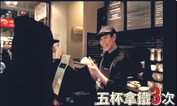 咖啡馆的店员见到阿妹后非常兴奋,不断跳针重复阿妹的餐点。(互联网)