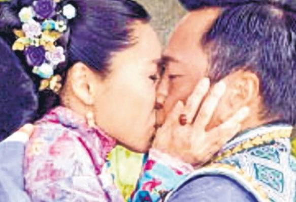 胡定欣和黎耀祥在剧中激吻。(互联网)