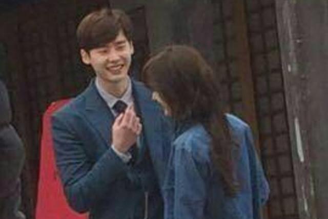 李钟硕(左)与郑爽搭档出演《翡翠恋人》。(互联网)