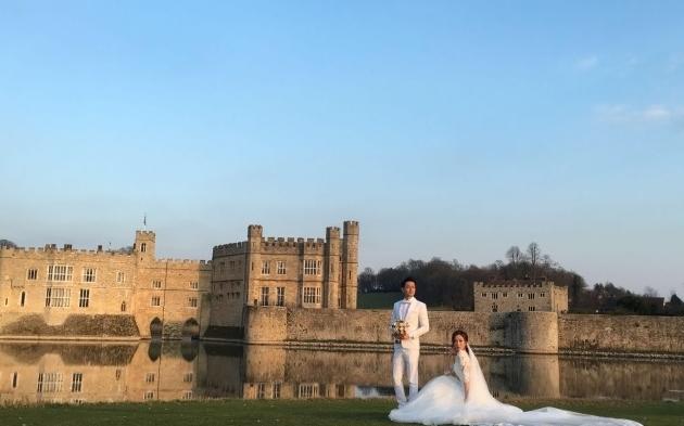 罗仲谦、杨怡在英国拍摄婚纱照。(互联网)