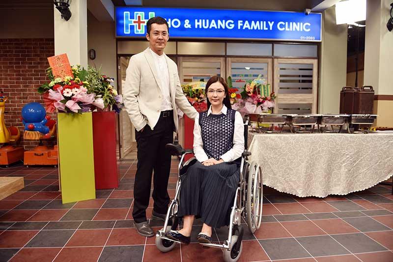 Ho & Huang诊所 童冰玉在剧中与家人关系不好,特地开一间西医诊所跟妈妈打对台,这次再与曹国辉合作,两人早已培养出一定的默契。