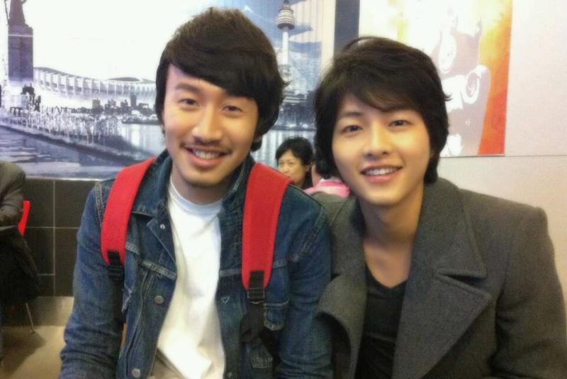 宋仲基(右)与李光洙,是韩国演艺圈众所皆知的好友。(互联网)