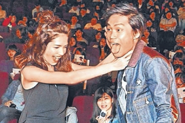 许玮宁(左)现身西门町影院,出席新片粉丝场映后会。(互联网)