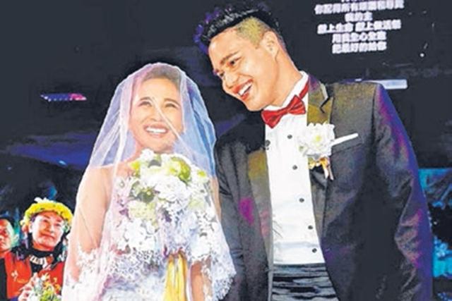 梁文音(左)与男友在定情的大溪荣美教会完婚。(互联网)