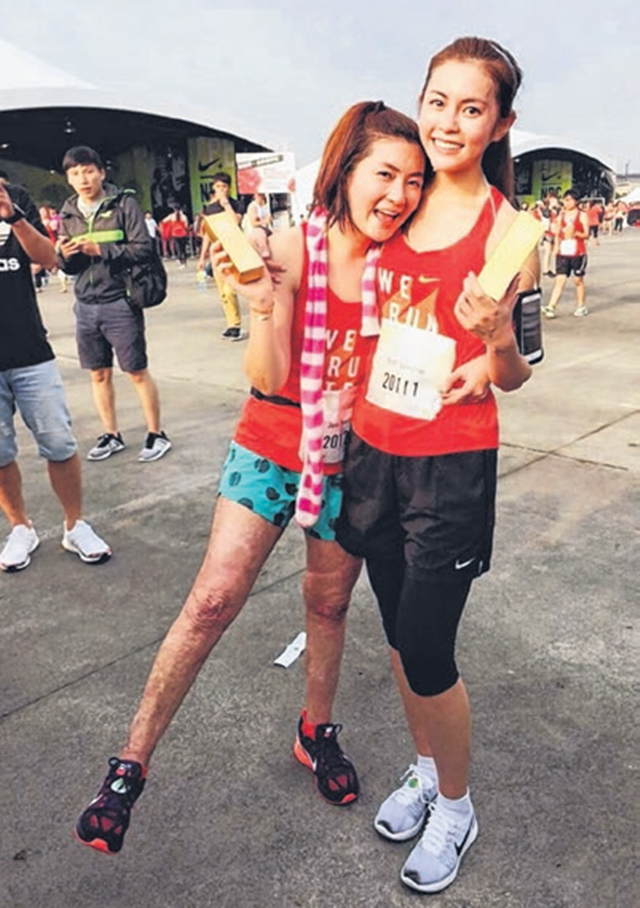 Selina(左)与任容萱一起参加女子路跑比赛。(互联网)