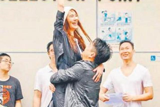 黄翠如与萧正楠在公厕及垃圾房外上演求婚戏。(互联网)