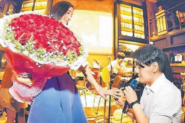朱孝天在韩雯雯34岁庆生派对惊喜求婚。(互联网)