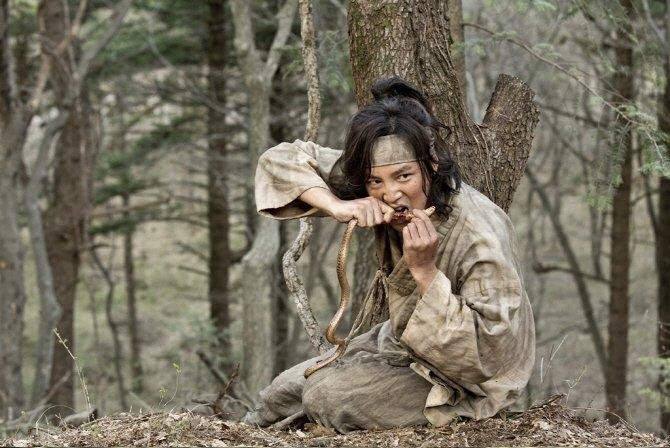 张根硕在第5集中,衣着褴褛地啃蛇想拉抬收视。(互联网)