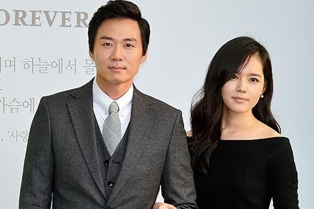 韩佳人(右)与延政勋结婚10年,终于等到女儿诞生。(互联网)
