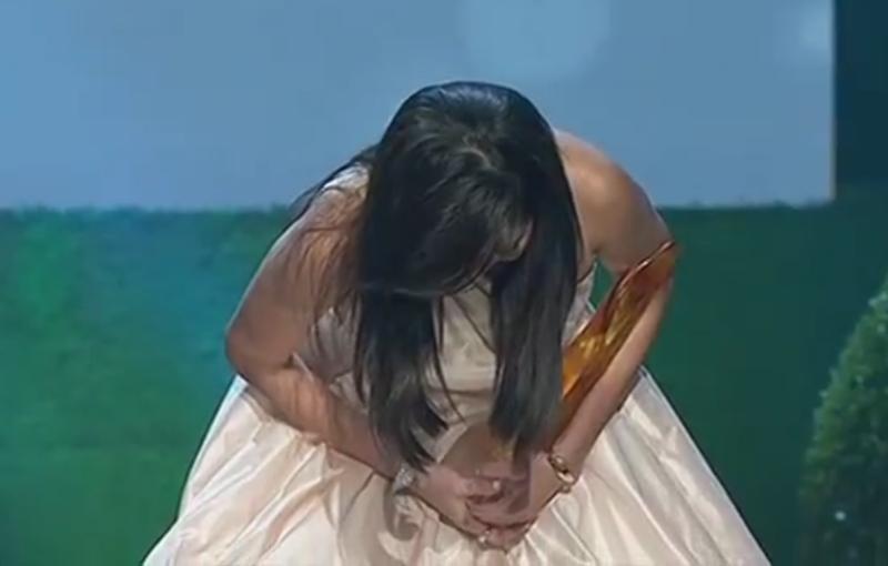 瑞恩在红星大奖上90度鞠躬,为她几天前涉及车祸的行为道歉。(翻摄自电视画面)