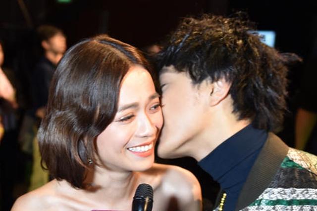 徐鸣杰在后台接受访问时吻了陈凤玲。(陈思源摄影)