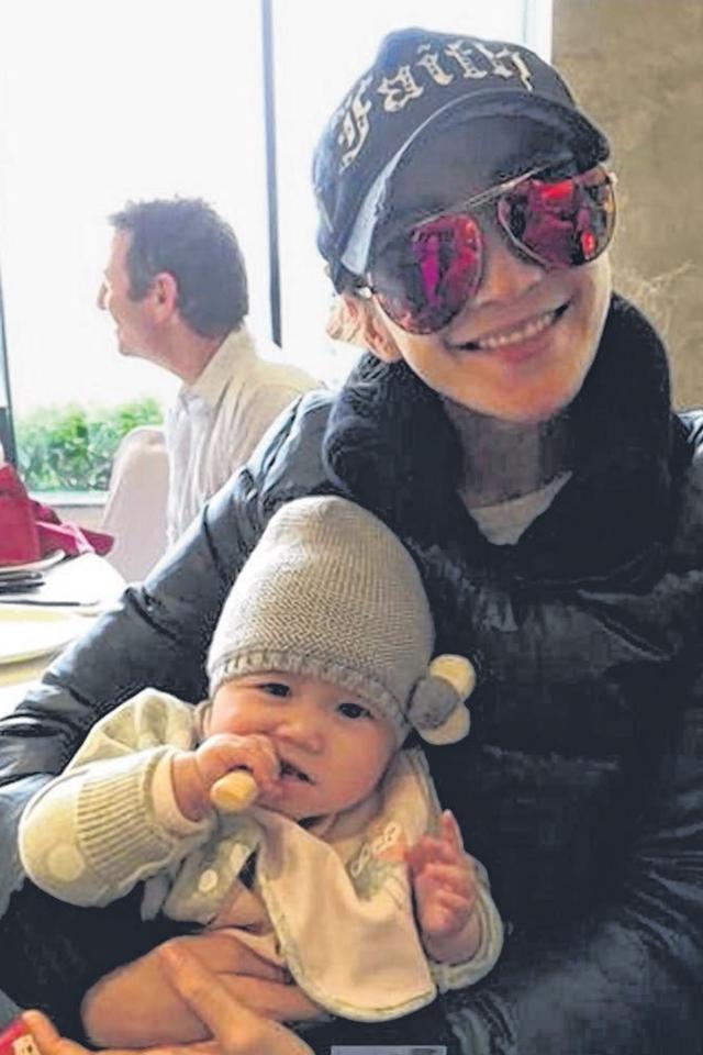 李玟分享抱宝宝的照片,引起她是否怀孕的揣测。(互联网)