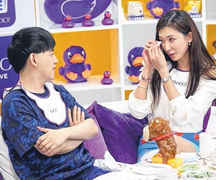 林志玲(右)上黄子佼网络直播节目,谈到言承旭,她眼眶微湿脸潮红。(互联网)