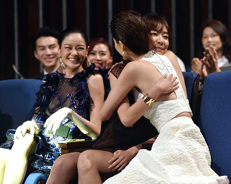 """拥抱祝贺 陈欣淇大热夺下""""最佳女配角"""",黄思恬拥抱祝贺。"""