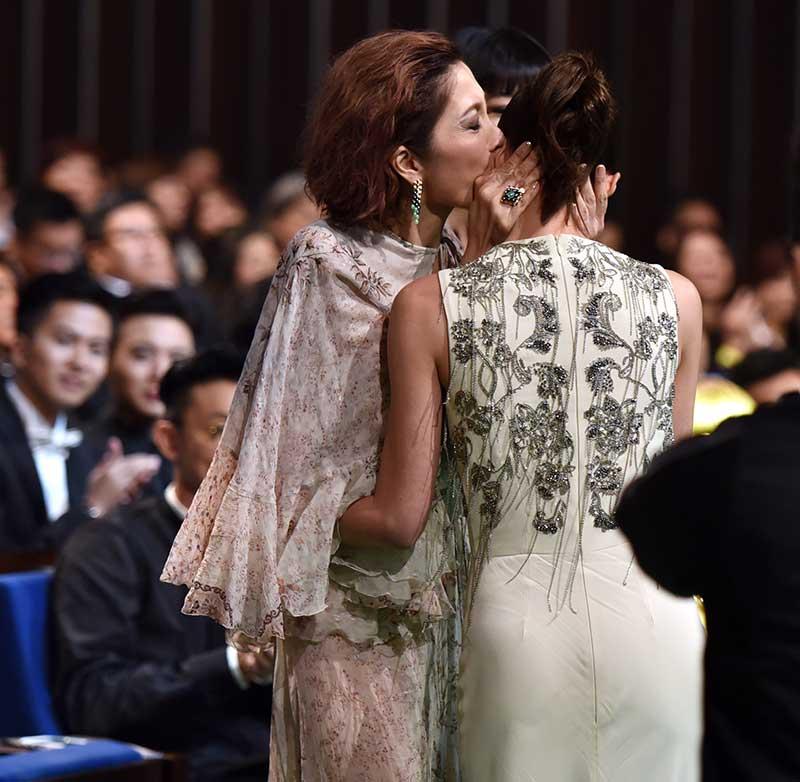 两大阿姐护航 郑惠玉握着欧萱的手,鼓励和安抚她要笑、要冷静,黄碧仁则热情送吻送抱。