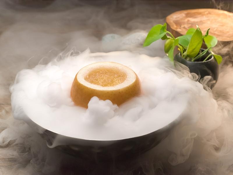 润喉润肺的水梨炖官燕。