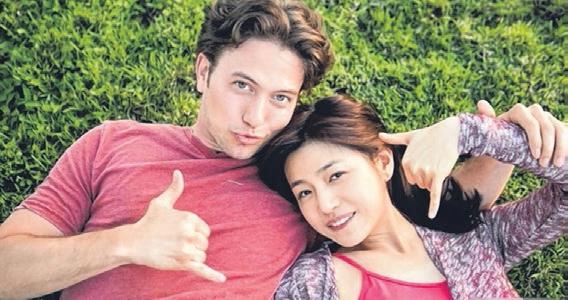 陈妍希(右)与Jackson Rathbone在电影中大谈异国恋爱。(互联网)