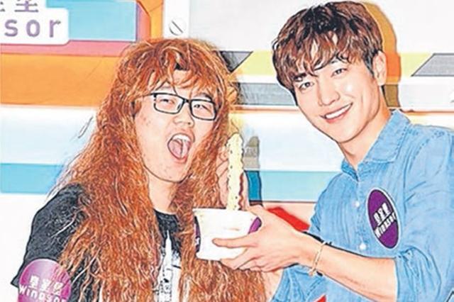 徐康俊亲自喂扮女装的男粉丝吃杯面。(互联网)