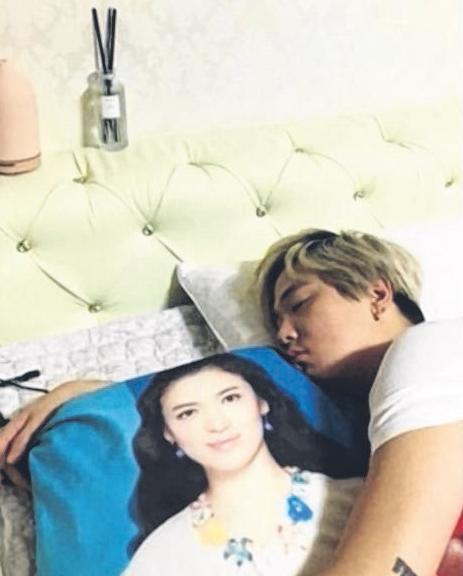 李洪基上传自己搂着印有宋慧乔照片抱枕睡觉的照片。(互联网)