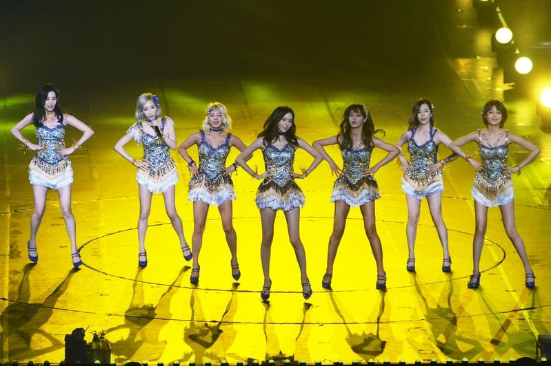 少女时代在演唱会上为粉丝进行火辣演出。(网络照片)