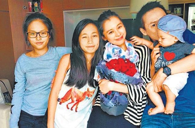徐若瑄与两名继女,丈夫(右一)及儿子。(互联网)