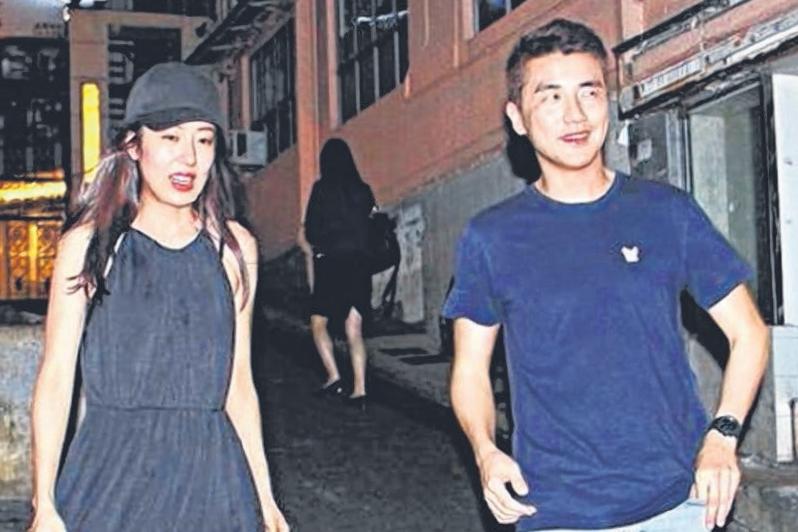 唐诗咏(左)与洪永城低调谈姐弟恋。(互联网)