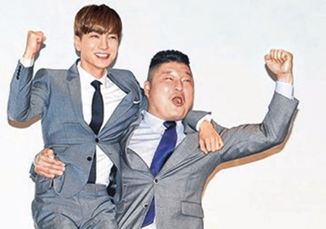 姜虎东在发布会上单手抱起利特。(互联网)