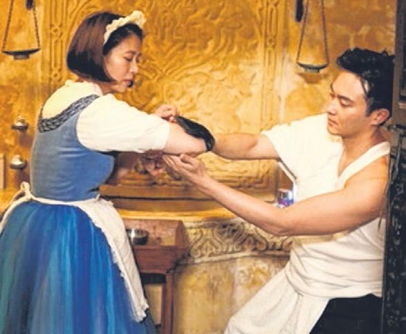 袁咏仪穿上女仆装为张智霖服务。(互联网)