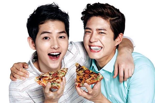 宋仲基(左)和朴宝剑合体成为比萨店的代言人。(互联网)