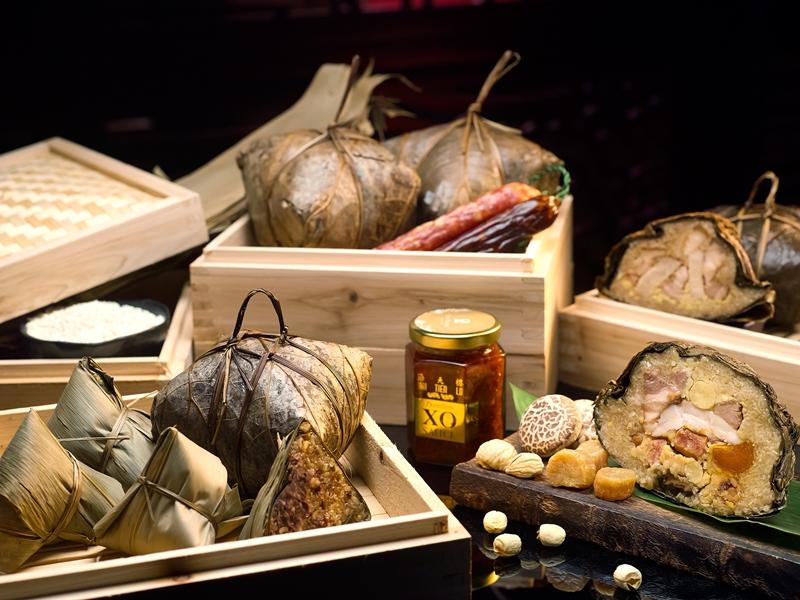 海天楼的端午礼粽套包含一品状元裹蒸粽、五香芋头扣肉粽与清香五谷红豆粽各1个,以及1瓶招牌XO辣椒酱。
