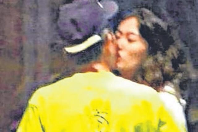 陈冠希与女伴深情拥吻,完全不顾路人目光。(互联网)