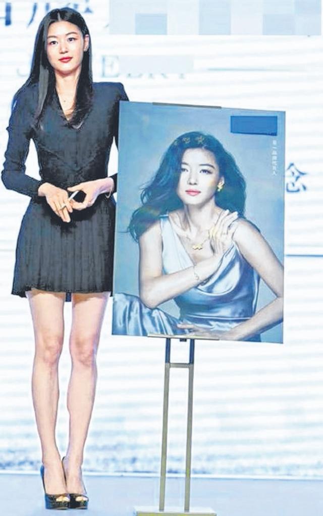 全智贤现身上海珠宝品牌活动,大秀招牌长腿。(互联网)