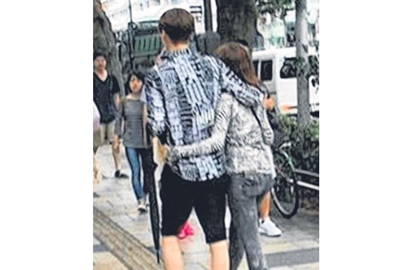 安宰贤与具惠善被目击搂肩揽腰逛日本涉谷街头。(互联网)